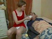 La nena cuida de su tio enfermo