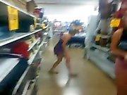 le levanta la falda su amiga en la uenda y no traia calzones